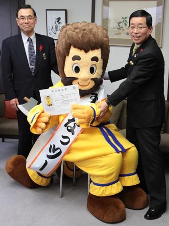 (右から)国島芳明高山市長、すくなっつー、身元引受人の中萩久夫会長