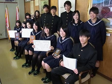「地域の伝承文化に学ぶ」コンテストで受賞した益田清風高校の生徒たち