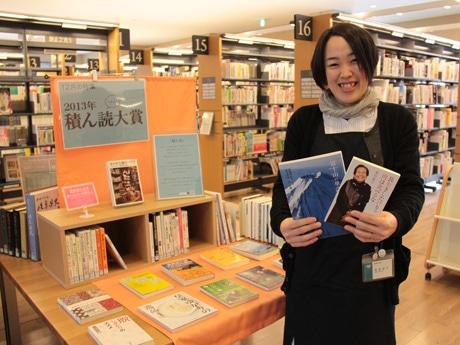 「読みはぐれた本を読むなら今」と利用を呼び掛ける図書館職員の西倉さん。