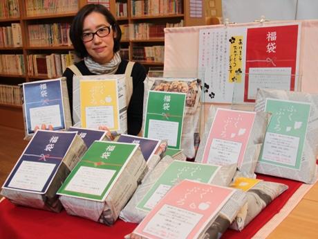 飛騨市図書館では子供向けと一般向け2種類40セットの「福袋」を用意する