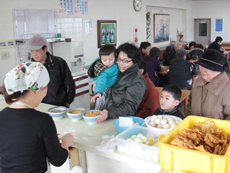 地元客でにぎわう「新井製麺所」店内