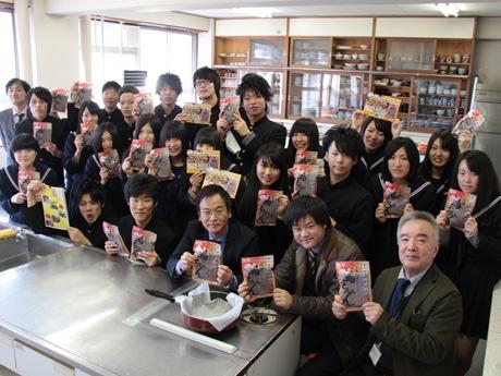 新商品を手に笑顔を見せる益田清風高校の生徒たちと開発メンバー