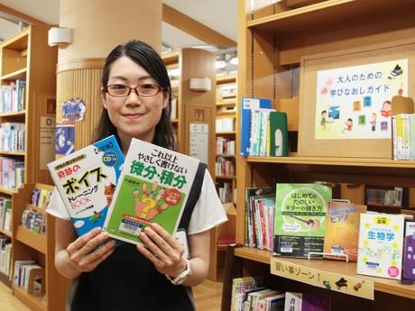 図書利用を呼び掛ける企画スタッフの竹本さん