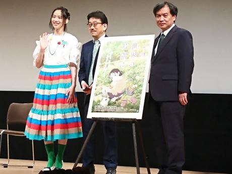 (左から)集まった観客の記念撮影に応じる、のんさん、真木太郎プロデューサー、片渕須直監督