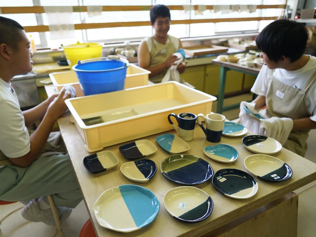 半分青い器の最終仕上げ作業に励む陶芸班の生徒たち