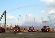 花園中央公園で「東大阪市消防出初式」 消防ヘリコプターやカラー放水も