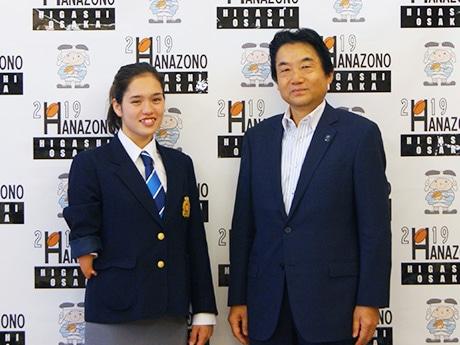 リオデジャネイロパラリンピック競泳女子日本代表の一ノ瀬メイ選手と野田義和東大阪市長