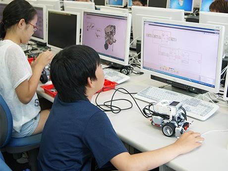 「小中学生のための情報科学教室」でプログラムを作成する児童