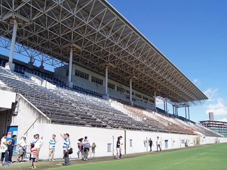 東大阪市花園ラグビー場を見学する参加者