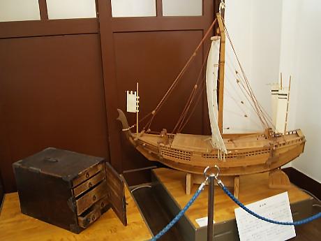 樽廻船模型と船箪笥