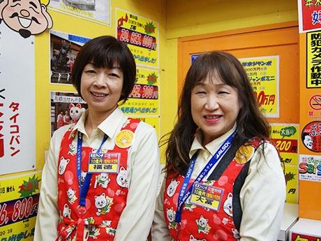 縁起の良い名前の販売スタッフ・福徳さん(写真左)と大冨さん(同右)