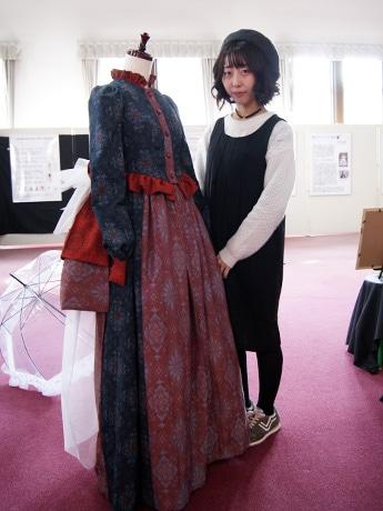 着物をリメークしてバッスルスタイルのドレスを現代風にアレンジした被服構成学研究室の伊東綾香さん