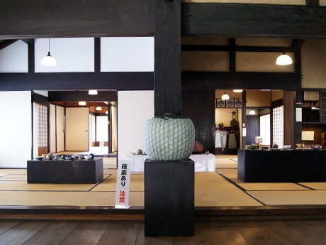 東大阪の旧河澄家で「陶芸展」 石切工房・桜陶庵の作品80点