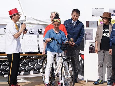 自転車用方向指示器「行きますよランプ」贈呈式の様子