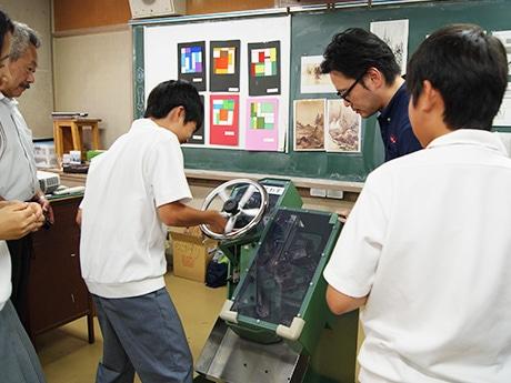 オリジナルの手動型転造機でねじ作りを体験