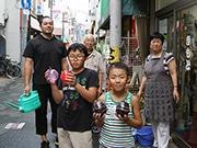東大阪・花園の商店街で「夏の打ち水大作戦」 地域交流も活発に