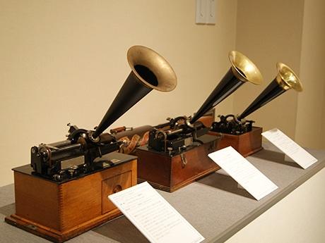 1896年にエジソン社が家庭用に初めて発売した蓄音機など