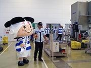 東大阪市のマスコットキャラ「トライくん」が地元企業訪問 ゆるキャラ投票呼び掛け