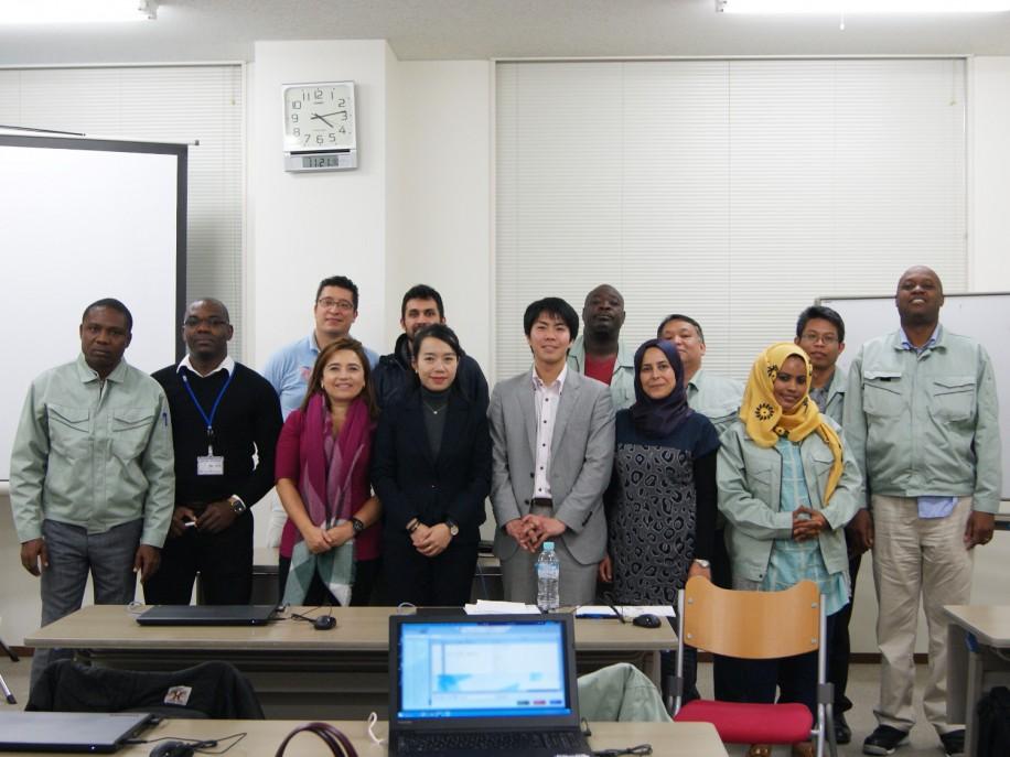 「日本的モノづくり現場のノウハウ ?生産性向上と設備保全-」コースの講師と研修員