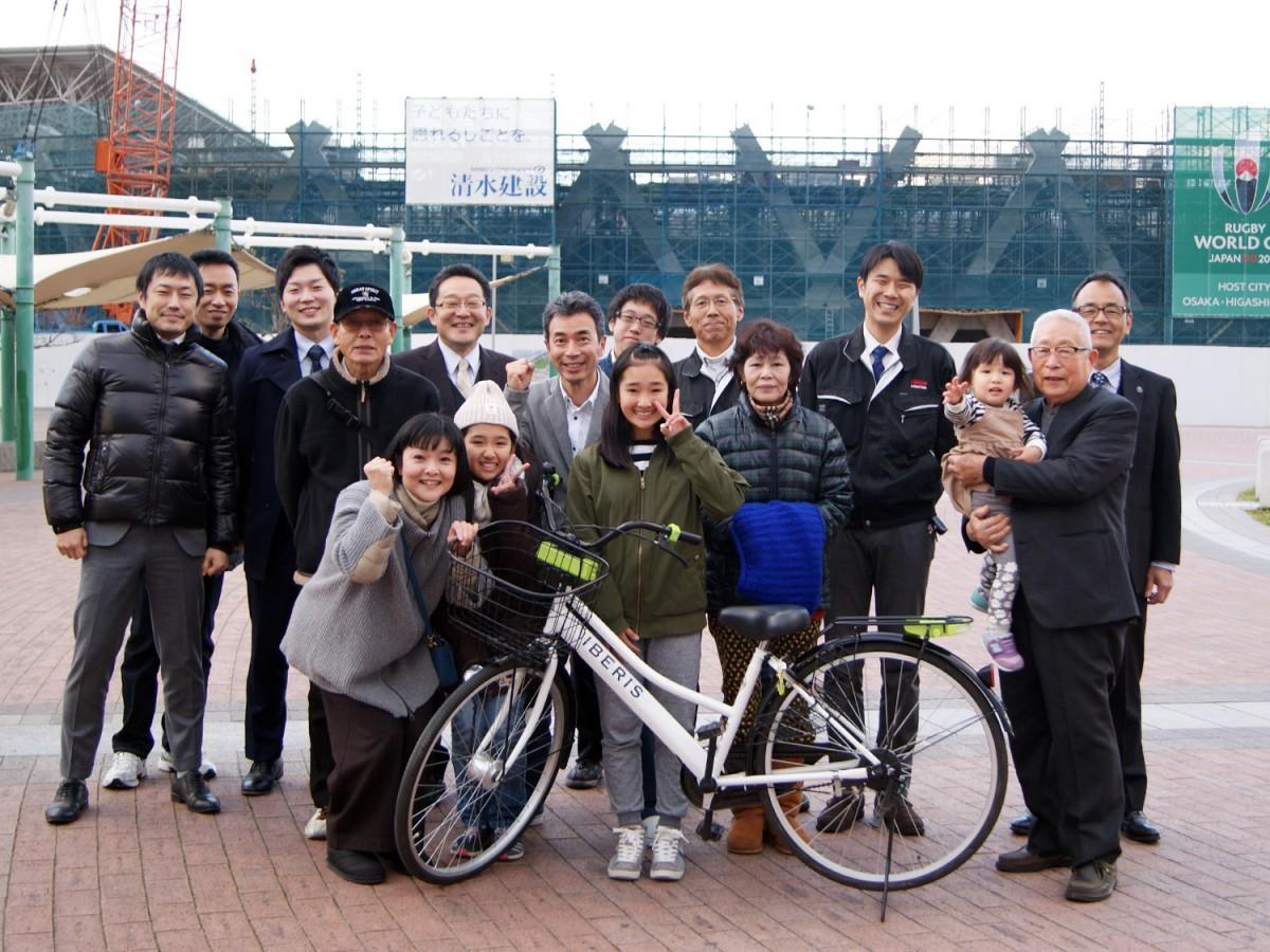 馬渡日菜子さん(写真中央)と家族、プロジェクトメンバー