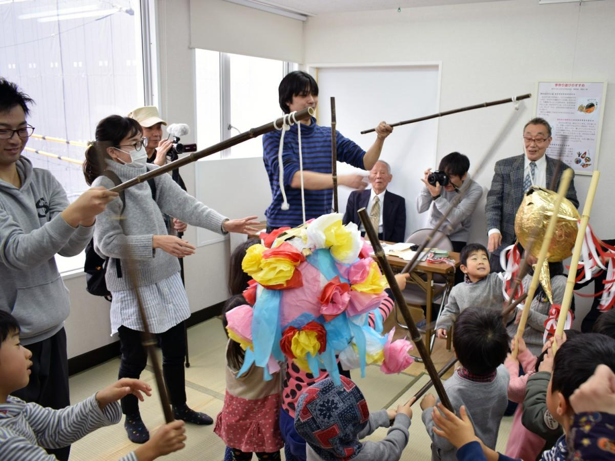 子どもたちがお菓子入りのくす玉「ピニャタ」を割り施設のオープンを祝った