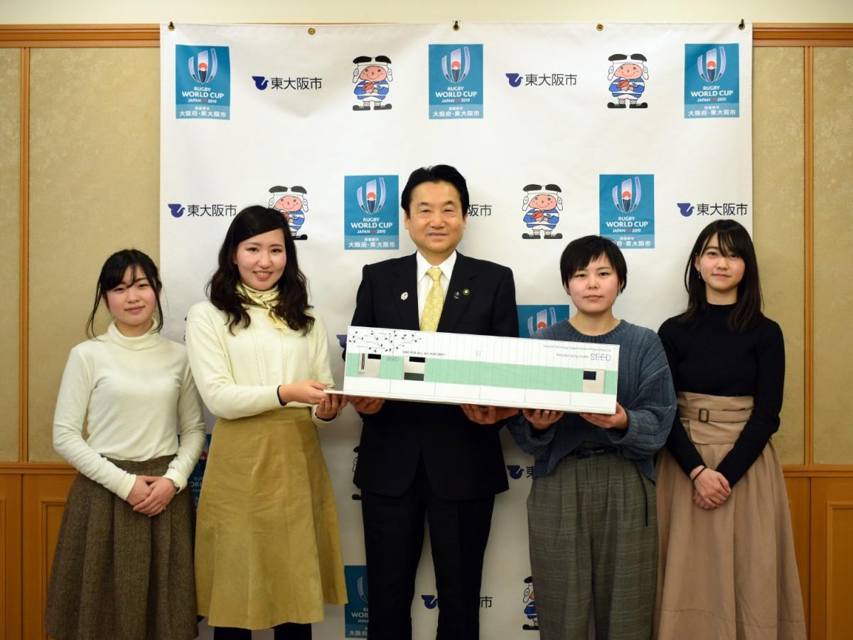 プレゼンした学生と野田市長