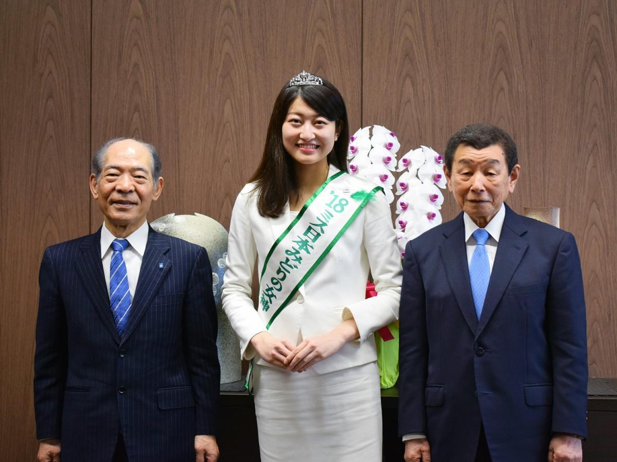 写真左から、近畿大学塩崎均学長、2018ミス日本みどりの女神・竹川智世さん、清水由洋理事長