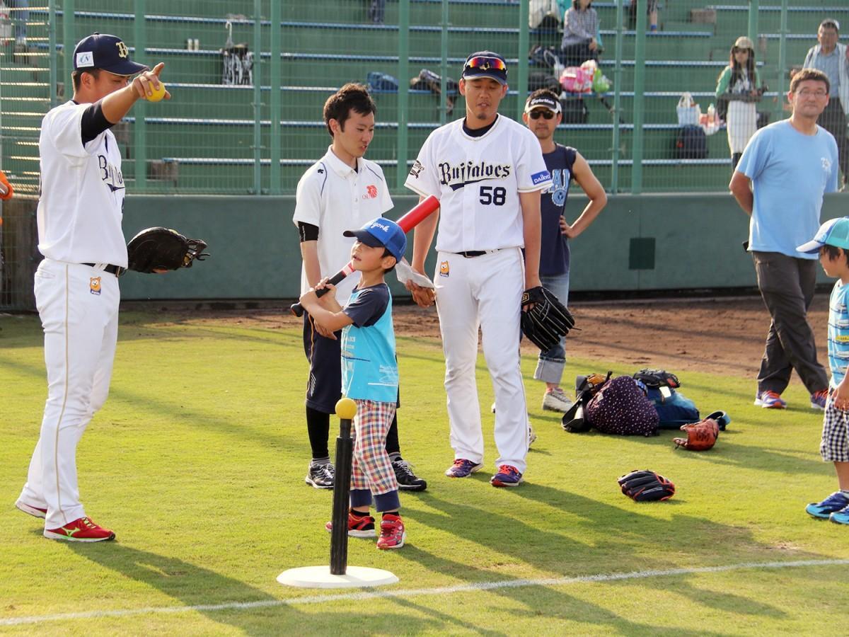 13日の試合終了後には親子野球教室を開催