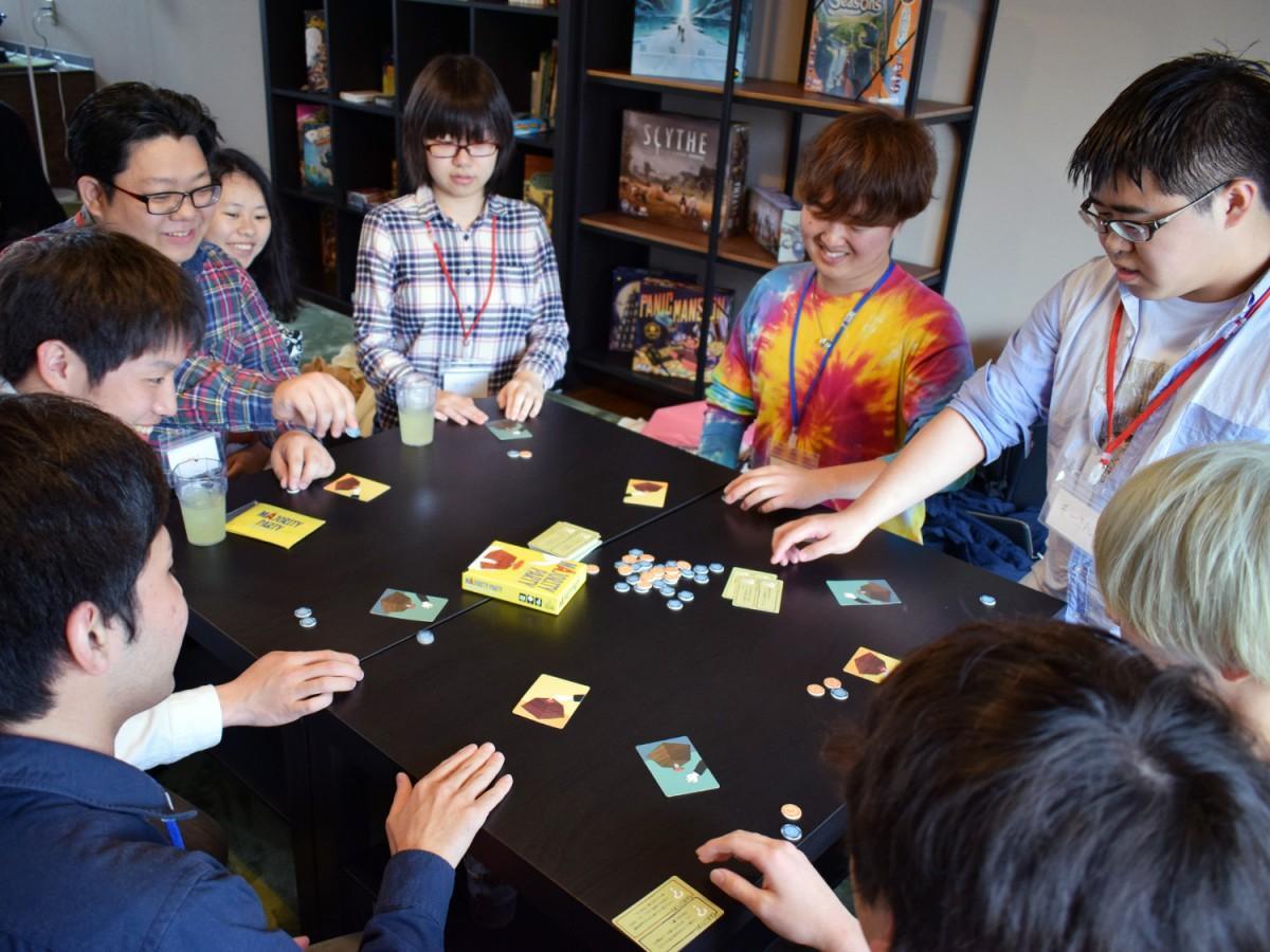 初対面のグループとゲームを楽しむ利用客