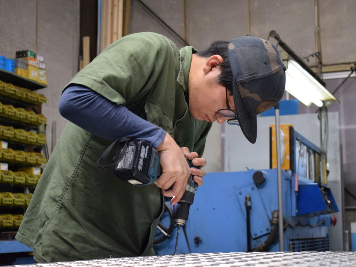 台車を製作する松下工作所の秋月郁海さん