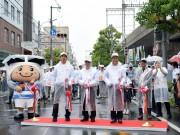 東大阪市民ふれあい祭り、雨天もにぎわい パレード参加者に沿道から声援