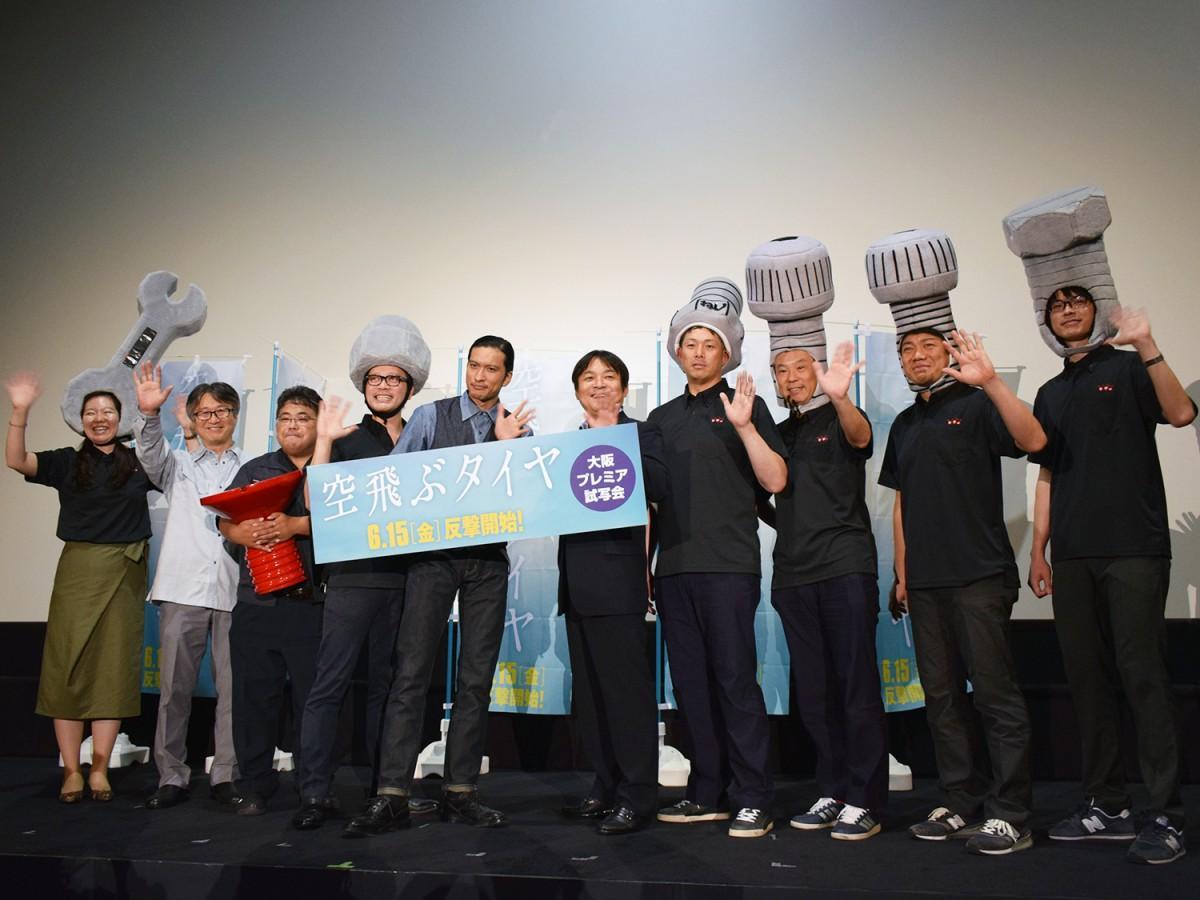 主演の長瀬智也さん、本木克英監督と「中小企業の戦う男たち」