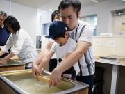 東大阪で「和菓子×和紙」ワークショップ 紙すきや上生菓子作りに挑戦