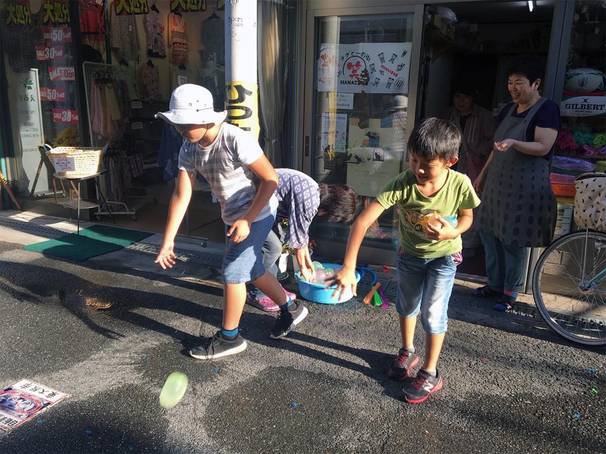 水風船で打ち水に参加する子どもたち