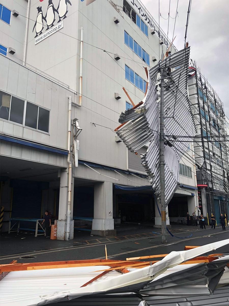 屋根は同センターに直撃した後電線に引っかかった(写真提供=サンコーインダストリー)