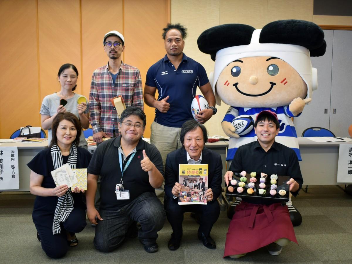 会見に出席した東大阪ツーリズム振興機構代表理事の清水洋一郎さん(前列右から2番目)とプログラム提供事業者