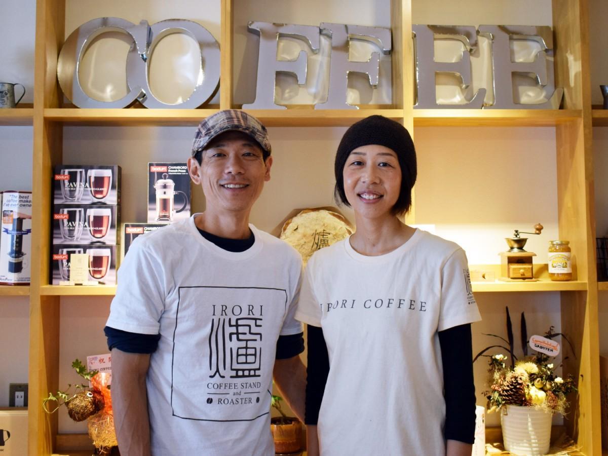 店主の井本忠男さんと妻の亜紀さん