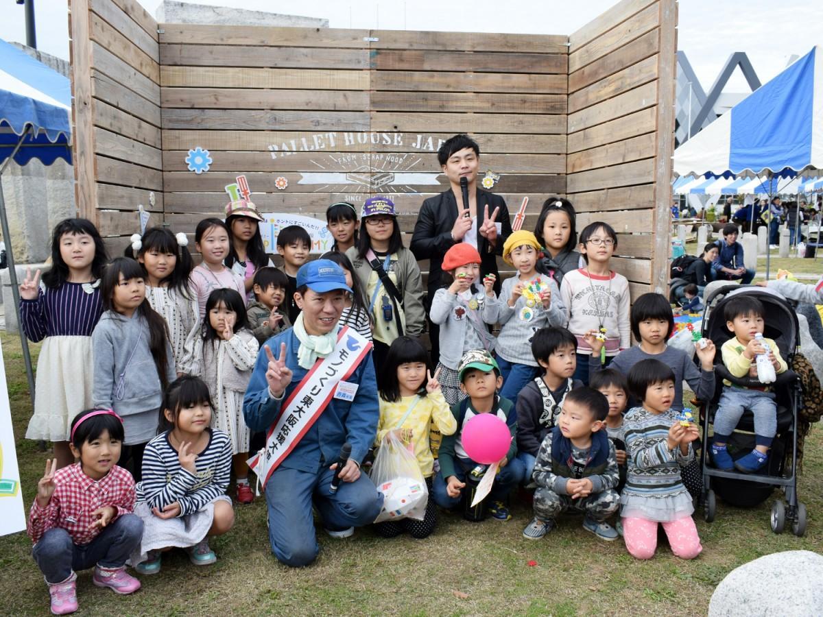 子どもたちと記念撮影をする西森校長と大林教頭