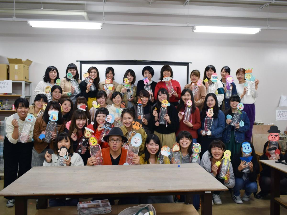 「tupera tupera」の亀山達矢さんと「認定絵本士養成講座」を受講する33人の学生