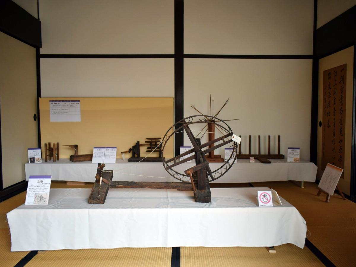 糸車や糸巻台などを展示