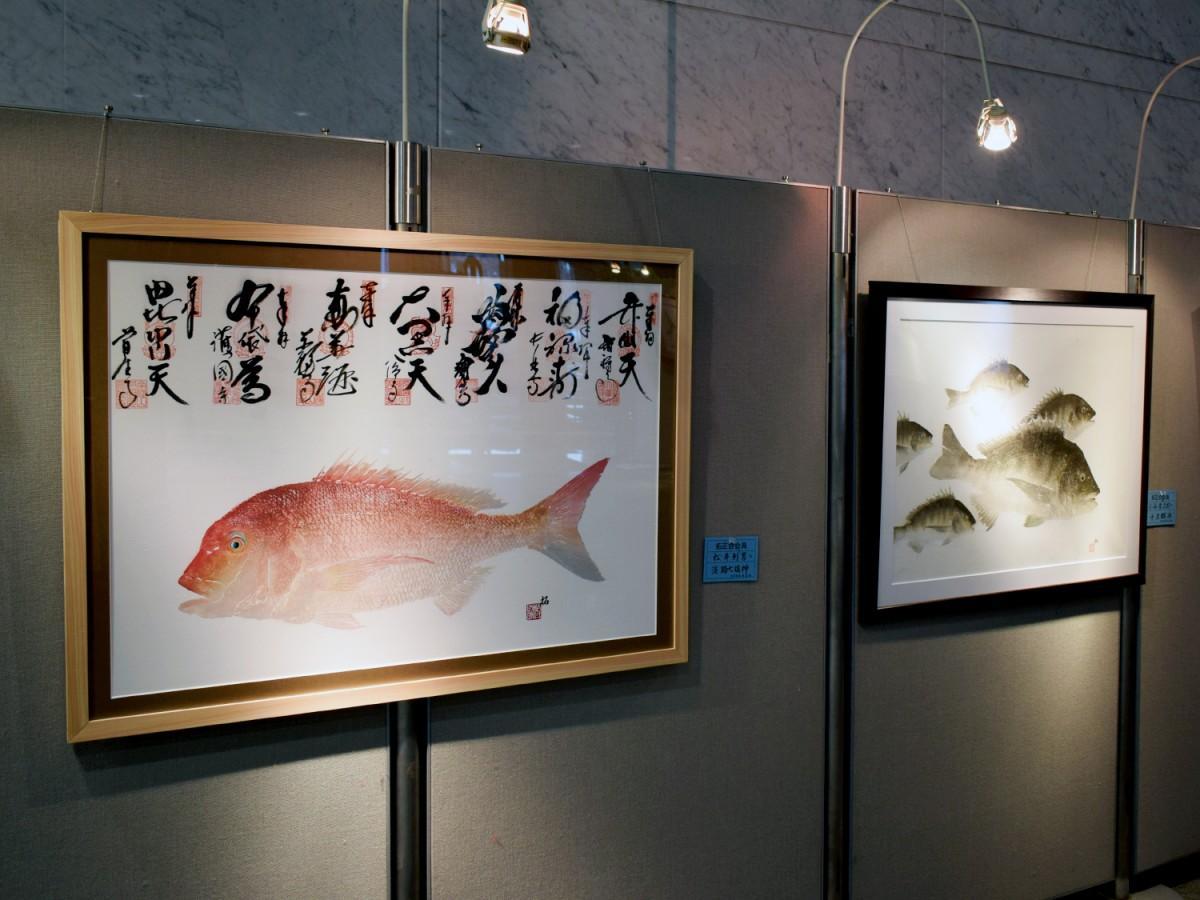 「直接法」のアート魚拓作品が並ぶ