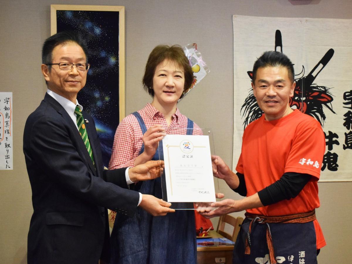 宇和島家庭料理「あんどう亭」店主の安藤郁美さん(写真中央)と克宏さん(右)