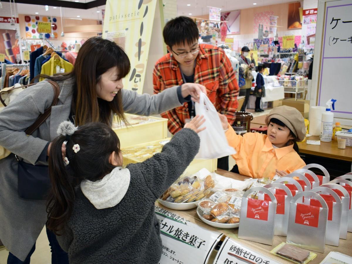 洋菓子を販売する児童