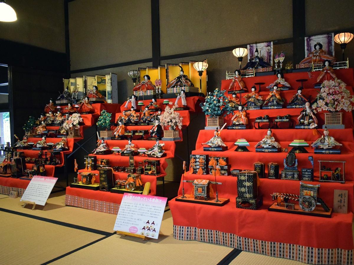 地域の家庭から寄贈された七段飾りのひな人形