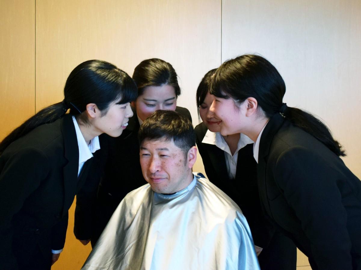 シャンプー後の頭皮の匂いをかぐ女子学生