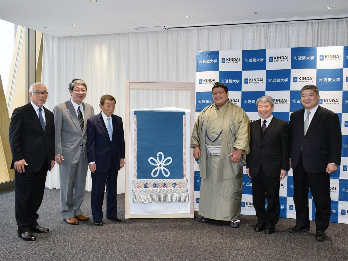 近畿大学が志摩ノ海関に化粧まわしを贈呈
