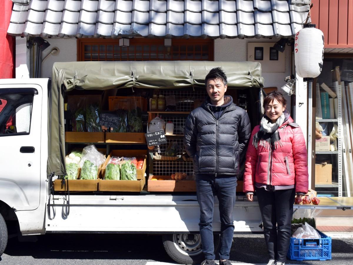 毎週水曜に「串かつ ちとせ」前で野菜を販売する長倉立典さんとurara meguさん