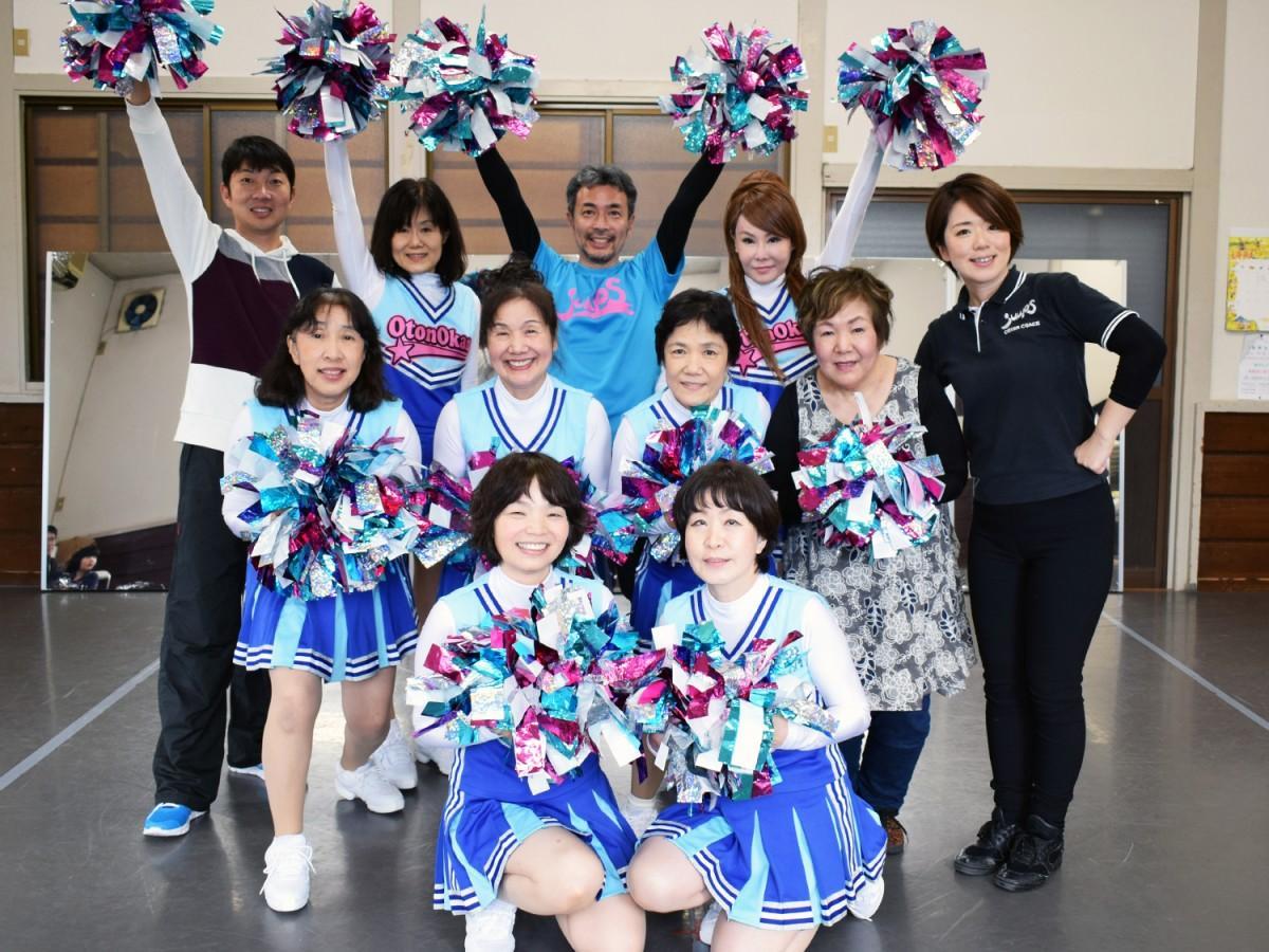 東大阪の「オトン・オカンチアリーダーズ」メンバーと石原由美子さん