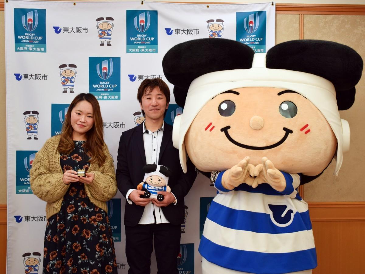 東大阪市のマスコットキャラクター「トライくん」と記念撮影