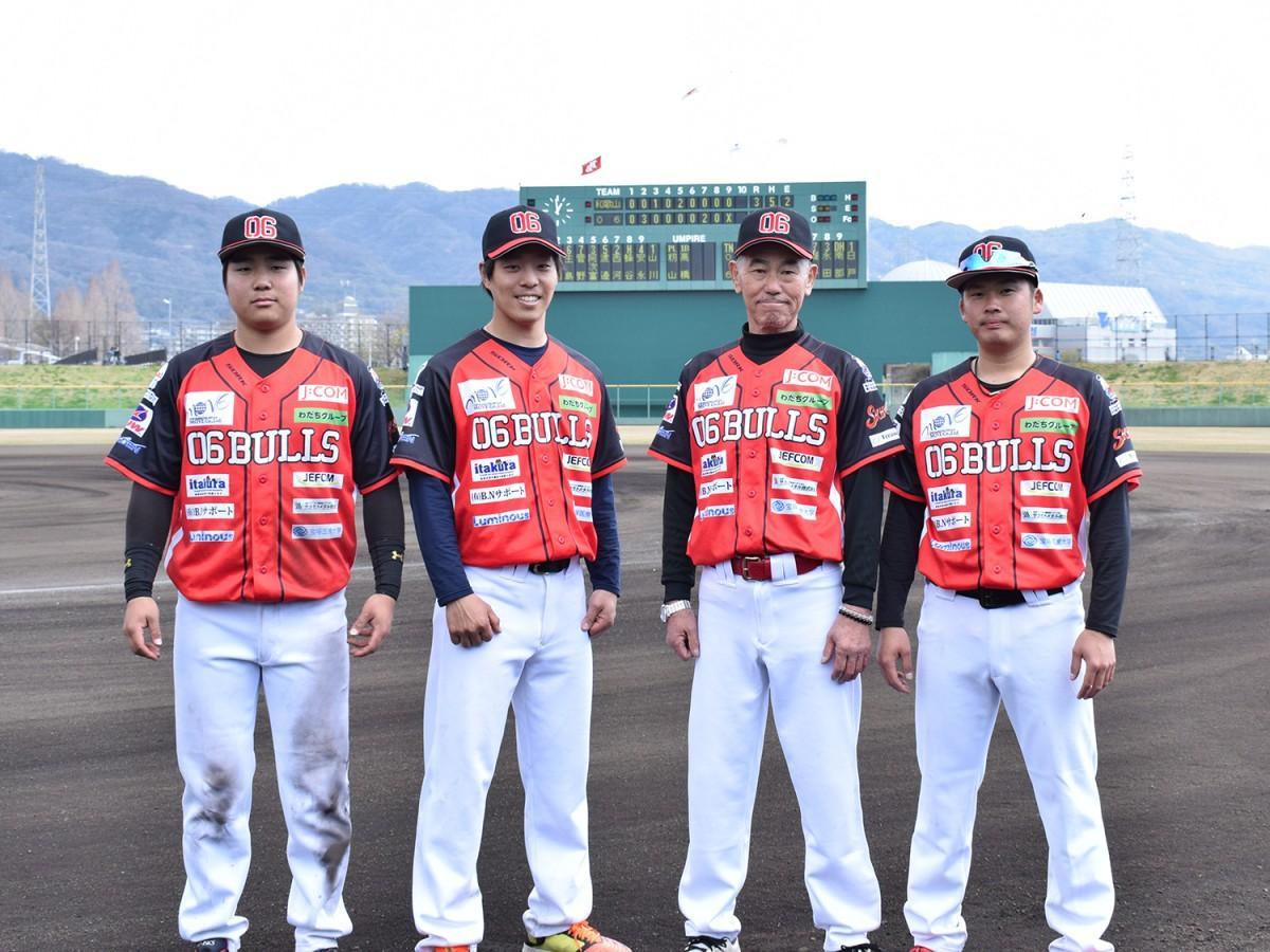左から永田雅樹内野手、草間サトル投手、村田辰美監督、川咲寛司投手